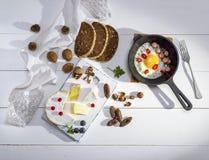 Camembertkaas, worst en een ronde zwarte gietijzerpan Stock Foto's