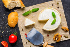 Camembertost med bröd och tomaten fotografering för bildbyråer