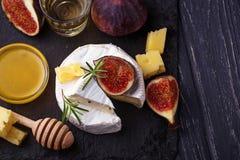 Camembertost med fikonträd, honung och vin royaltyfri fotografi
