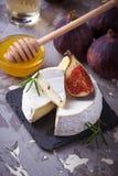 Camembertost med fikonträd, honung och vin arkivfoton
