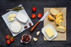 Camembertost, smör och bröd royaltyfria foton
