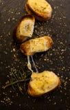 Camemberttoosts met aromatische kruiden stock foto's
