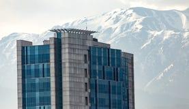 Camera a Almaty sui precedenti delle montagne kazakhstan Immagine Stock