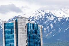 Camera a Almaty sui precedenti delle montagne kazakhstan Fotografia Stock