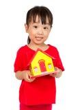 Camera asiatica della tenuta della bambina per il concetto della proprietà Immagini Stock