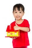 Camera asiatica della tenuta della bambina per il concetto della proprietà Fotografia Stock
