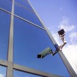 Camera bij de bureaubouw die op wolken en hemel wijzen Royalty-vrije Stock Afbeelding