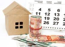 Camera, calendario e soldi su un fondo leggero Fotografie Stock