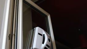 Camera che tiene gli assistenti Quadrato di vetro della rondella del robot nella forma che passa finestra Finestra di vetro di pu stock footage