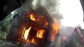 Camera completamente distrutta da incendio Fiamme che inghiottono l'interno di una casa stock footage