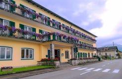 Camera con i fiori sui balconi Fotografie Stock Libere da Diritti