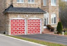 Camera con i portelli rossi del garage Fotografie Stock