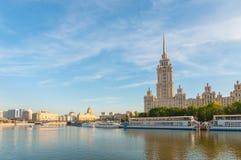 Camera con i tempi sovietici di una guglia sul fiume di Moskva Fotografie Stock Libere da Diritti