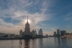 Camera con i tempi sovietici di una guglia sul fiume di Moskva Fotografia Stock