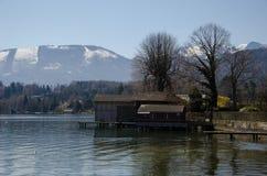 Camera con il lago ed il fondo delle alpi Immagine Stock Libera da Diritti