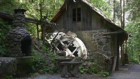 Camera con il mulino a acqua e fornace sulla traccia di escursione video d archivio