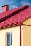 Camera con il nuovo tetto rosso del metallo Immagine Stock