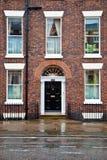 Camera con la facciata e la porta del mattone Immagine Stock