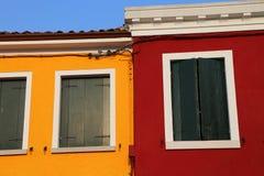 Camera con la parete dipinta di rosso e di giallo e le finestre chiuse Fotografia Stock Libera da Diritti