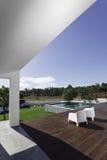 Camera con la piscina del giardino e la piattaforma di legno Fotografia Stock