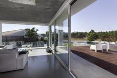 Camera con la piscina del giardino e la piattaforma di legno Fotografia Stock Libera da Diritti