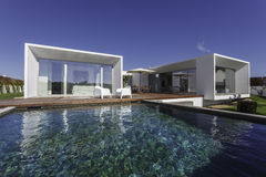 Camera con la piscina del giardino e la piattaforma di legno Immagini Stock