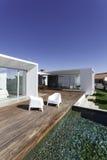 Camera con la piscina del giardino e la piattaforma di legno Fotografie Stock