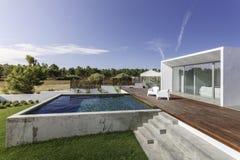 Camera con la piscina del giardino e la piattaforma di legno Fotografie Stock Libere da Diritti