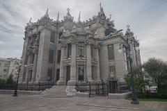 Camera con le chimere a Kiev Un monumento architettonico insolito e mistico fotografia stock libera da diritti