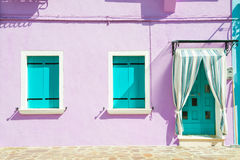 Camera con le pareti e le finestre porpora del turchese Fotografia Stock Libera da Diritti