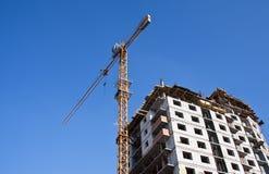 Camera in costruzione con la gru di costruzione Immagine Stock