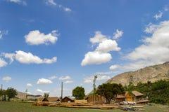 Camera in costruzione nei precedenti delle montagne e del cielo immagine stock libera da diritti