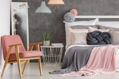 Camera da letto abbastanza rosa con la sedia Fotografia Stock