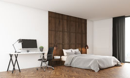 Camera da letto accogliente con il computer ed il grande letto Immagine Stock Libera da Diritti