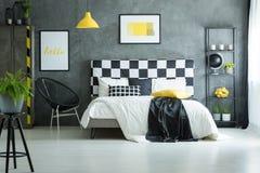 Camera da letto accogliente con il pavimento bianco lucido immagini stock
