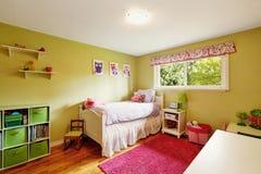 Camera da letto adorabile del ` s della ragazza nei toni verdi e rossi immagine stock libera da diritti