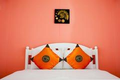 camera da letto arancione in una casa moderna Fotografia Stock Libera da Diritti