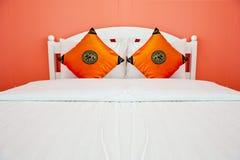 Camera da letto arancione in una casa moderna Fotografie Stock Libere da Diritti