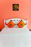 Camera da letto arancione in una casa moderna Immagine Stock Libera da Diritti