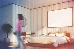 Camera da letto beige con la grande fine del manifesto sulla ragazza laterale Fotografia Stock Libera da Diritti