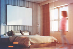 Camera da letto beige con un grande manifesto, lato, ragazza Fotografie Stock