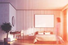Camera da letto beige con un grande manifesto, ragazza Fotografie Stock
