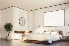 Camera da letto beige con una grande fine del manifesto sul lato Immagine Stock