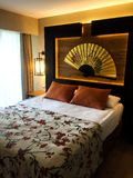 Camera da letto beige dell'hotel immagini stock libere da diritti