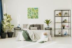 Camera da letto bianca con il grande letto immagini stock