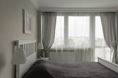 Camera da letto bianca e grigia romantica Fotografia Stock Libera da Diritti