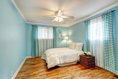 Camera da letto blu-chiaro allegra immagine stock libera da diritti