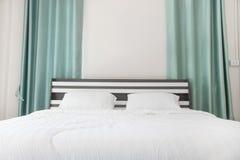 Camera da letto a casa, grande letto matrimoniale comodo fotografia stock libera da diritti