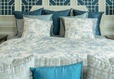 Camera da letto classica di stile con i cuscini bianchi e blu Fotografie Stock