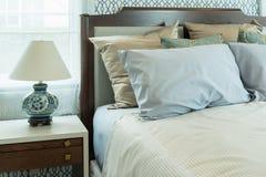 Camera da letto classica di stile con i cuscini blu e la lampada cinese Fotografia Stock Libera da Diritti